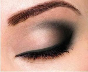 تکنیک های آرایش چشم مخصوص خانم های بالای 40 سال