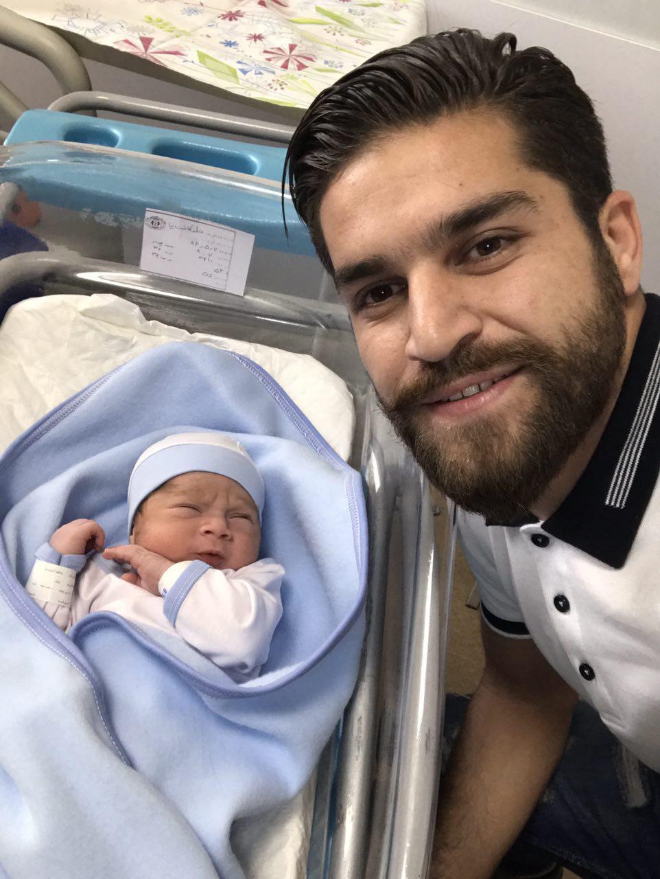 تصویر تازه منتشر شده از بابک حاتمی و فرزندش