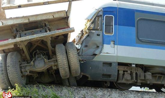 تصادف یک تریلی با قطار