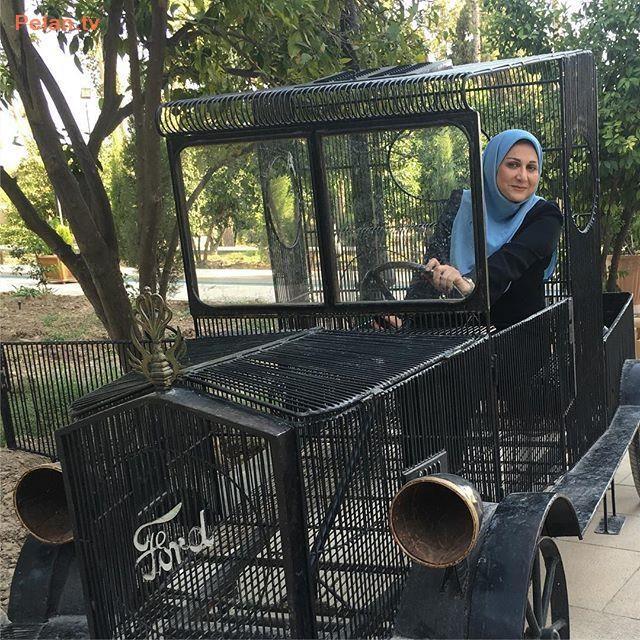 مجری زن در حال رانندگی
