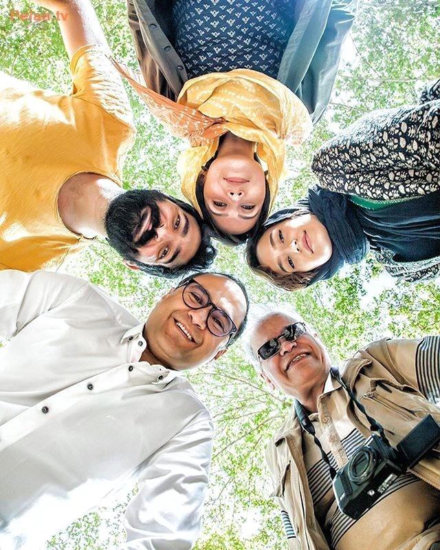 مجری خندوانه در حال عکاسی با عوامل مجله فیلم