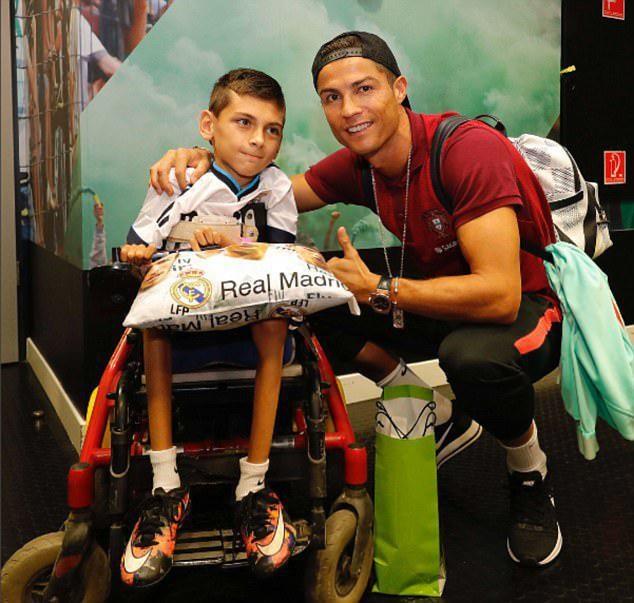 حضور کریستیانو رونالدو در کنار هوادار معلول