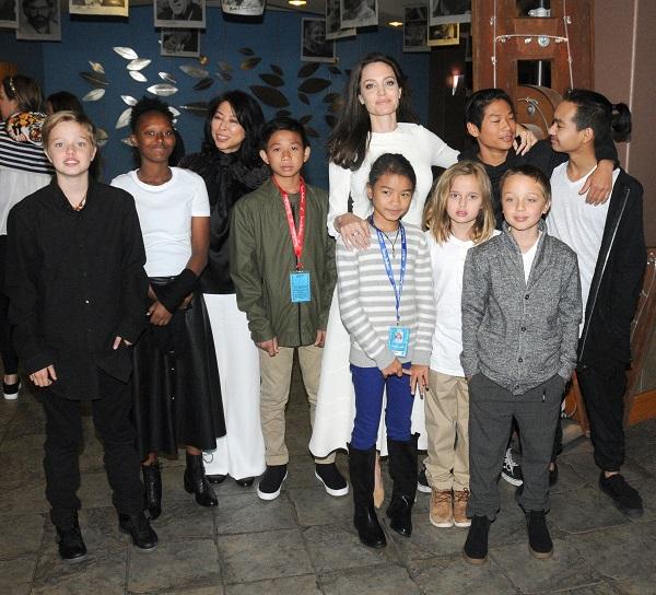 آنجلینا جولی در کنار تمامی فرزندانش