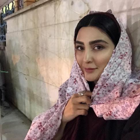 هنرپیشه زن در حرم امامزاده صالح (ع)