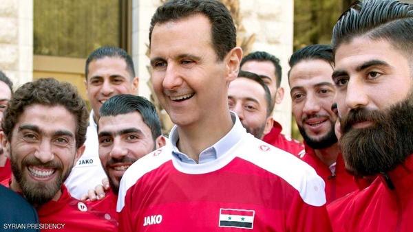 بشار اسد در کنار فوتبالیست های سوری