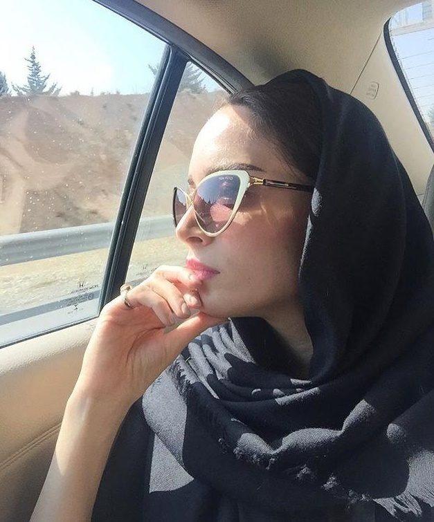 بازیگر زن در حین سفر