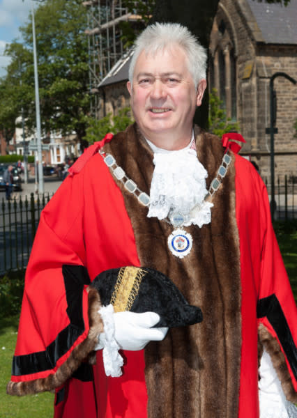 علاقه پیرمرد شهردار به دختر جوان