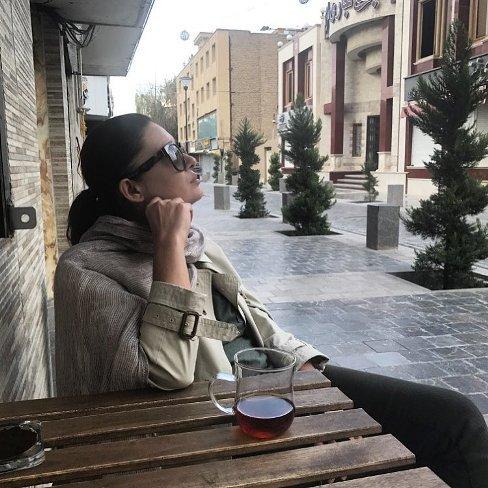 نورگل یشیلچای در حال نوشیدن چای در ایران