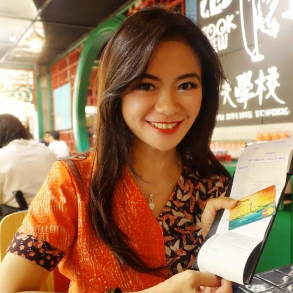 زن اندونزیایی با چهره ای بسیار جوان