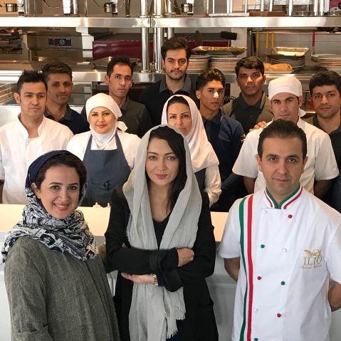 نیکی کریمی در بین کارکنان رستوران ایلیو