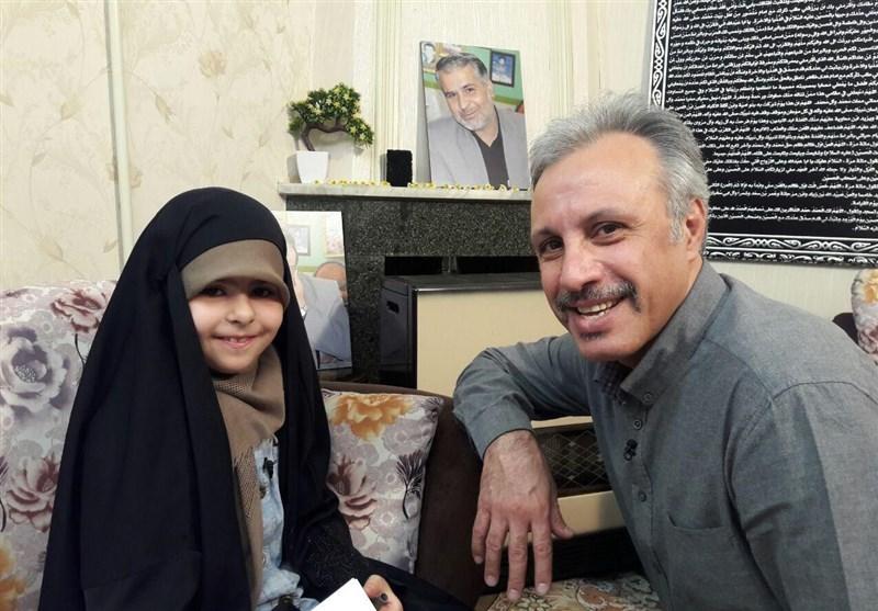 مجری برنامه کودک در کنار دختر شهید مدافع حرم