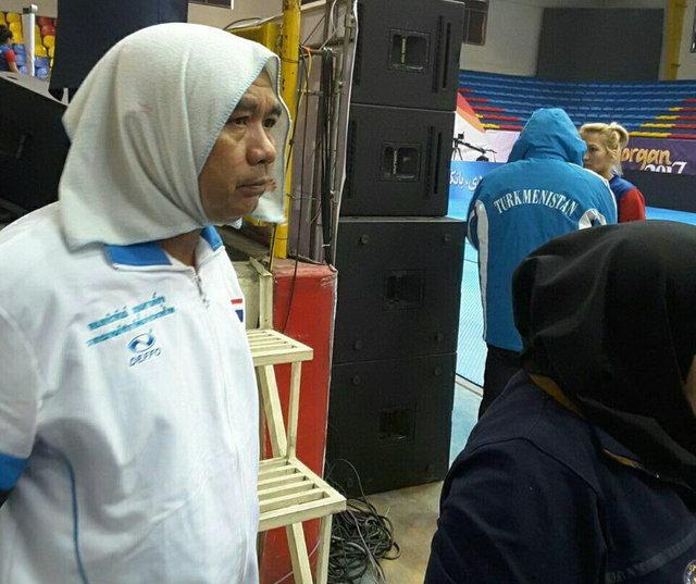 افشاگری های مسئولین در مورد روسری سر کردن مربی مرد تایلندی
