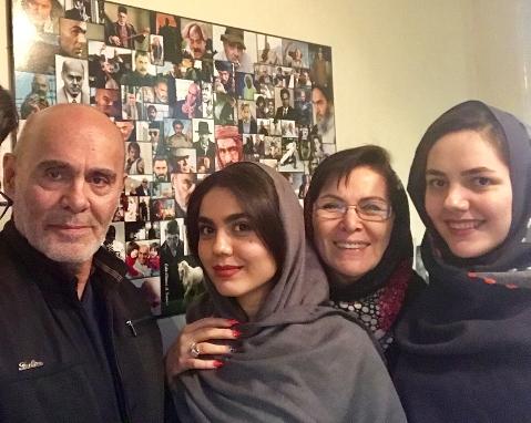 خانواده جمشید هاشم پور در کنار بازیگر زن