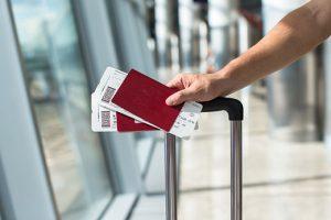 می خواهیم برای کسانی بنویسیم که چه به عمد و چه غیر عمد، خیلی دیر تصمیم به خرید بلیت هواپیما می گیرند. اگر معمولا جزو این افراد نیستید خیلی به خودتان نبالید. شاید همین سفر آینده تان بی خبر پیش بیاید و لازم باشد خیلی سریع بلیت پرواز بخرید. در بیشتر مواقع نمی توانید بلیتی را با قیمت رسمی پیدا کنید؛ چه انتظاری دارید، وقتی یک روز قبل از سفر برای خرید بلیت اقدام می کنید، طبیعی است که به راحتی نمی توانید بلیت بخرید. پس باید بروید سراغ بلیت های چارتری؛ بلیت هایی که به بلیت های ارزان قیمت شهره هستند. اما گاهی این حرف درست است و گاهی هم نه. می خواهیم امروز به بلیت های چارتر بپردازیم. اینکه اصلا به چه نوع بلیتی می گویند چارتر، چطور باید این بلیت ها را خرید، خرید یک بلیت چارتر در چه روزی یا چه ساعتی راحت تر است و در کنار همه اینها می خواهیم به شما بگوییم سایت هایی که بلیت های چارتری می فروشند، چطور کار می کنند.می خواهیم این سایت ها را به شما معرفی کنیم و بگوییم چه امکاناتی در این سایت ها در اختیار مسافران قرار می گیرد. خرید بلیت های چارتر لم دارد. باید چند بار از آنها خرید کنید تا بالاخره دست تان بیاید که بهترین لحظات خرید بلیت هواپیما چه زمانی است یا اصلا باید از کدام سایت خرید کرد و چه سایت هایی را کنار گذاشت.فقط به یکی از این لم ها اشاره کنیم تا ببینید حرفه ای های عرصه خلید بلیت چارتر به چه چیزهایی توجه نمی کنند. همین را داشته باید که فقط تا دو ساعت قبل از پرواز می توانید بلیت بخرید و یک ثانیه دیر کنید، مثل دو هفته پیش که یکی از اعضای سرویس راهنمای بازار، بلیت ارزان قیمت خود را از دست داد، ناکام می مانید. بقیه این داستان را در گزارش ما از بازار بلیت چارتر هواپیما بخوانید. شگردهای مسافرت ارزان با هواپیما چارتر را به بلیت می گویند یا هواپیما؟ بلیت چارتر توسط بعضی از شرکت ها و دفاتر خدمات مسافرتی فروخته می شود. بعضی از آژانس های مسافرتی سالانه یا برای مدتی معین تمام یا بخشی از صندلی های بعضی مسیرهای هوایی را از شرکت های هواپیمایی اجاره می کنند و بلیت این پروازها را به مسافران آن مسیرها می فروشند. در این حالت به این آژانس ها «چارترکننده» می گویند و به شرکت هواپیمایی (ایرلاینی) که تمام یا بخشی از صندلی های پروازش را اجاره می دهد، «چارتر شونده» می گویند. در این شرایط، بلیت را مستق