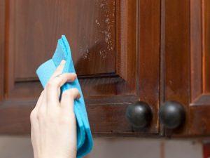روش صحیح پاک کردن کابینت های چوبی آشپزخانه