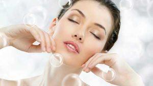 آیا استفاده زیاد از محصولات آرایشی و آرایش کردن باعث بروز جوش در صورت می شود؟ بله، در بسیاری از موارد افراد به جای درمان طبی این نوع جوش ها، اقدام به پوشاندن آنها به وسیله مواد آرایشی می کنند که متاسفانه با توجه به میزان چربی بالای موجود در این مواد، آکنه های جدیدی در صورت ایجاد می شود. بسته شدن منافذ پوست و مجاری غدد چربی از یک طرف و تغییر در ترکیب طبیعی چربی های پوست از طرف دیگر، باعث می شود محیط مساعدی برای رشد میکروب های بی هوازی ایجادکننده آکنه، فراهم شود. درواقع، مواد چربی که در محصولات آرایشی وجود دارند باعث بسته شدن منافذ پوست می شوند. به مرور زمان جوش هایی در صورت خانم هایی که زیاد آرایش می کنند، نمایان می شود. برای این خانم ها و به خصوص نوجوانان چه توصیه ای دارید؟ بهتر است ابتدا با متخصص پوست مشورت و مشکلاتی که در صورتشان است را برطرف کنند. آنها باید اعتماد به نفس داشته باشند و چهره شان را پشت وسایل آرایشی پنهان نکنند. متاسفانه همان طور که شما هم اشاره کردید برخی از نوجوانان ایرانی به طور افراطی به وضعیت ظاهری خود حساس هستند و گاهی هزینه های گزافی را صرف بهتر شدن آن می کنند. بنابراین مصرف زیاد لوازم آرایشی و صرف ساعات طولانی برای آرایش، یکی از امور روزمره آنهاست. بعضی از نوجوانان در این زمینه دچار افکار وسواسی هستند و به رغم صرف زمان وهزینه های گزاف، همواره در حالت یاس، نگرانی یا حتی گوشه گیری و انزوا به سر می برند. درمان این افراد نیاز به همکاری متخصص پوست و روان شناس دارد. آیا استفاده از برندهای معروف آرایشی می تواند به کمتر شدن جوش های صورت کمک کند؟ بله، چون برندهای معروف (اگر اصل باشند و تقلبی نباشند) استاندارد هستند و آزمایش خود را پس داده اند. مشکل زمانی آغاز می شود که خانم ها از محصولات غیراستاندارد آرایشی استفاده کنند. این محصولات غیراستاندارد به مرور زمان پوست را خشک و تیره می کنند و حتی گاهی ممکن است، باعث ایجاد لکه های تیره در صورت شوند. به همین دلیل توصیه می شود حتی الامکان از مصرف مواد آرایشی نامرغوب پرهیز کنید چون مصرف مداوم مواد آرایشی غیرمرغوب می تواند باعث ایجاد یا تشدید آکنه های صورت و بدن، رویش قارچ های سطحی روی پوست صورت، گردن و بدن و همینطور حساسیت پوستی و تعریق زیاد شود. ضرورت پاک کردن آرایش وجود آرایش، توانایی پوست را برای تمیز کردن 