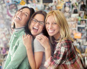 خانم های بالغ بیشتر از دوران نوجوانی به دوست نیاز دارند