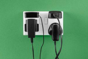 چرا باید شارژر موبایل را از پریز برق بکشیم؟